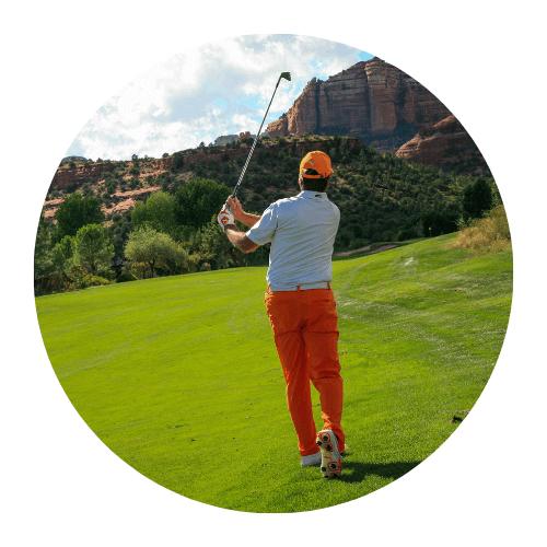 golfeur sur un parcours terminant un swing
