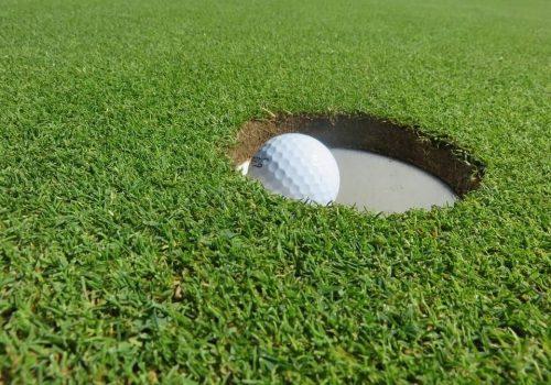 balle de golf dans un trou